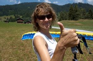 Beim Gleitschirm-Schnuppertag heben die Teilnehmer schon nach wenigen Aufziehübungen zu ersten kurzen Gleitflügen am Übungshang ab.