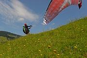 Rückwärtsstart zu einem Gleitschirmflug. Diese Startmethode lernen Magiclift-Flugschüler schon in der Ausbildung