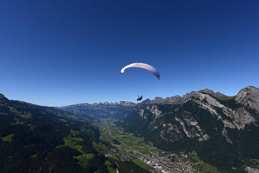 Gleitschilrmflug vom Pizol. Wird kein Aufwind gefunden steht der Pilot bald im Talwind und etwas später am Boden.