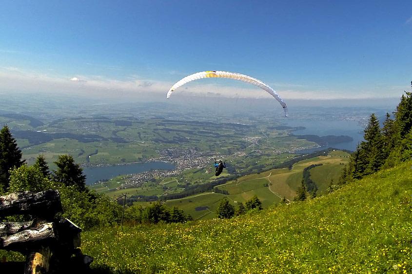 Start eines Flugschülers mit dem Gleitschirm zu einem Höhenflug vom Startplatz Rigi Staffel.