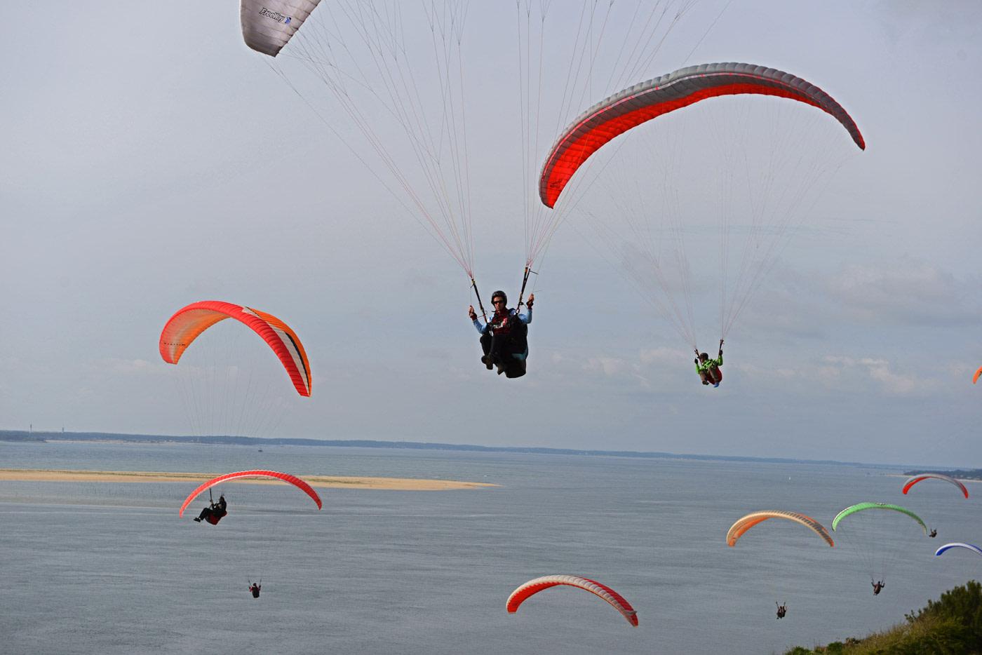 Beste Flugbedingungen an der Dune du Pilat in Frankreich. Hier können Gleitschirmpiloten stundenlang fliegen.