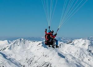 Wunderbare Aussicht bei einem Tandemflug im Winter. Am Biplace-Gleitschirm kann man das Panorama teilen.
