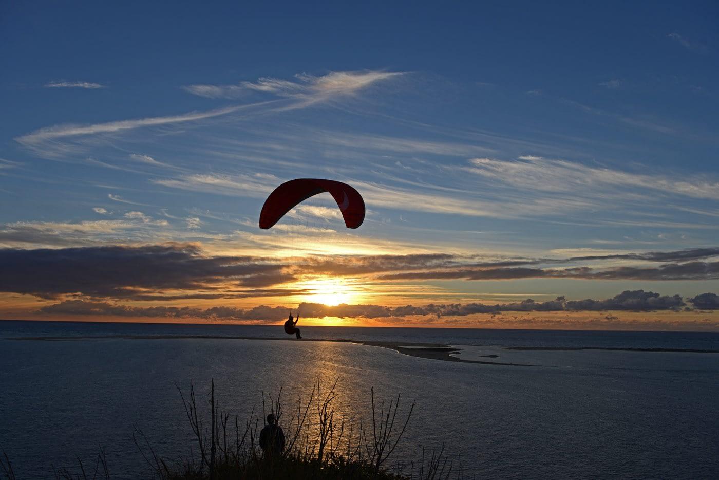 Abendliches Soaring an der Düne bis die Sonne untergegangen ist. Hier kann man Gleitschirmfliegen bis es dunkel ist.