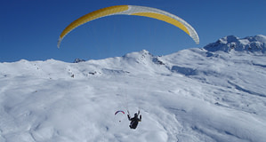Davos ist ein thermisch sehr ergiebiges Fluggebiet und die verschneiten Hänge locken förmlich, mit den Füssen Spuren in den Schnee zu ziehen.