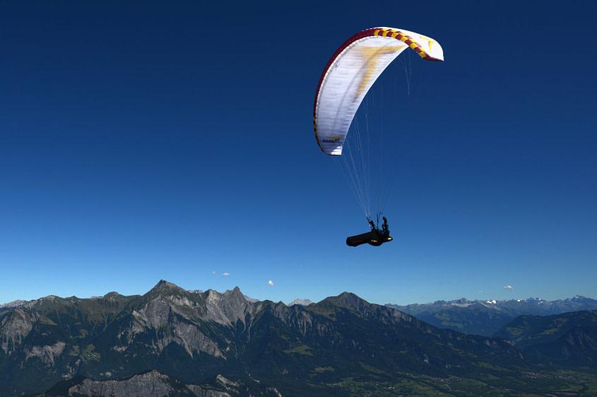 Blauthermik im Rheintal. Die grosse Höhe erlaubt noch einen langen Gleitflug, sollte der Pilot kein Steigen finden.
